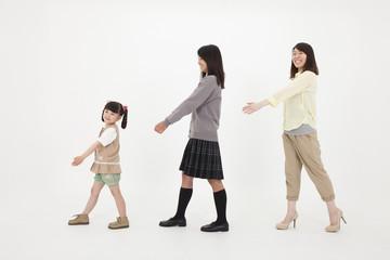 並んで歩く三姉妹