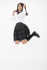 ジャンプする高校生