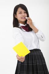 イエローカードを出す高校生