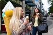 Freundinnen essen Eis