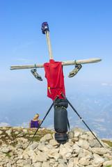 Wanderutensilien am Gipfelkreuz