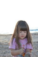 Девочка с распущенными волосами