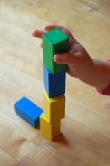 Kind baut Turm aus Bausteinen