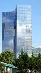Moderno edificio de cristal en Barcelona