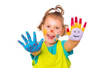 süßes Mädchen mit Fingermalfarben an Händen