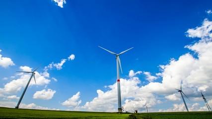 Zeitraffer - Windräder vor blauem Himmel