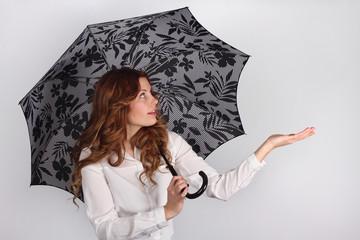 Mujer con paraguas abierto