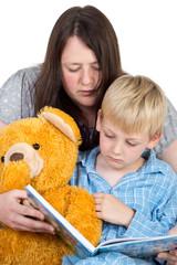 Mutti liest Kind vor