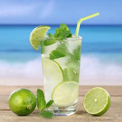 Mojito oder Caipirinha Cocktail am Strand