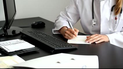 Ärztin schreibt Rezept