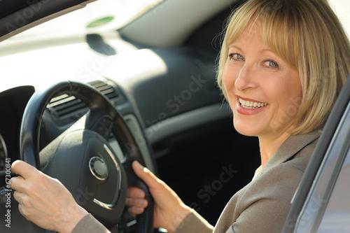 canvas print picture Senior Geschäftsfrau im Auto