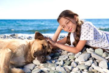 Девочка с собакой на берегу иоря
