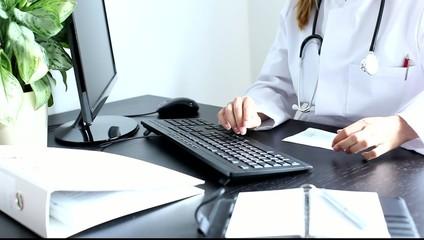 Ärztin schreibt Rezept Tastatur