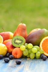 mieszanka różnych owoców na stole w ogrodzie