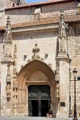 mujer pidiendo dinero a la puerta de una iglesia