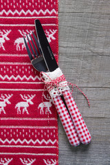 Essen an Weihnachten: Besteck in rot weiß kariert - Tischdeko