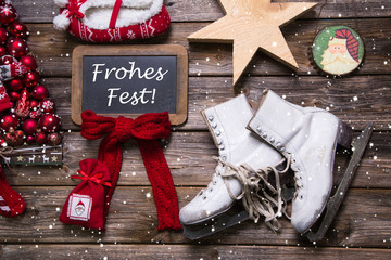 Frohes Fest: Weihnachtskarte mit Holz, Rot und Weiß rustikal
