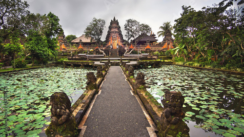 Fotobehang Indonesië Lotus Pond and Pura Saraswati Temple in Ubud, Bali, Indonesia