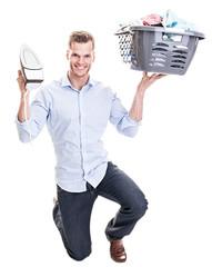 Hausmann mit Bügeleisen und Wäschekorb