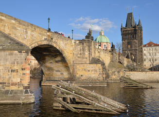 Icebreakers before the pillars of the Charles Bridge