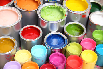 Bunte Farbdosen auf Parkettboden