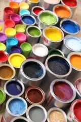 Viele Farbdosen