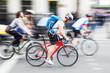 Pulk von städtischen Radfahrern in Bewegungsunschärfe