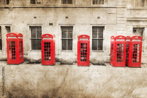 nostalgisch texturiertes Bild roter Telefonzellen in London - 67331892