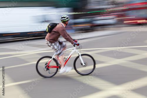 städtischer Radfahrer in Bewegungsunschärfe