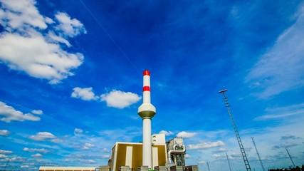 Zeitraffer - Wolken über einer Fabrik