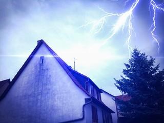 Blitzeinschlag im Dach