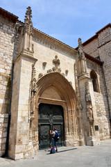 turista fotografiando la iglesia de san lesmes en burgos