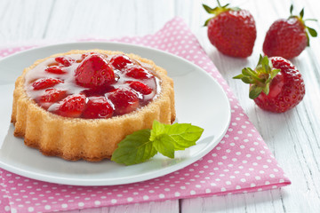 Erdbeertörtchen auf einem Teller