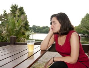 traurige Frau mit Bier