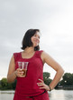 Frau trinkt  Bier