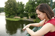 Frau steht auf Brücke