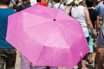 mit dem Sonnenschirm in der Stadt