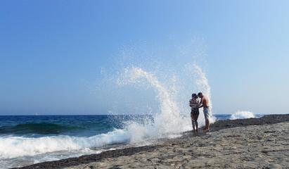 Liebespaar genießt Welle am Strand