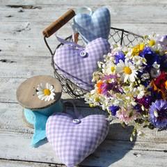 Stoffherzen mit Blumenstrauß