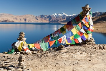 Prayer flags above Moriri Tso
