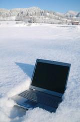 computer in schneelandschaft