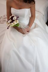 La sposa seduta sul letto in attesa delle nozze