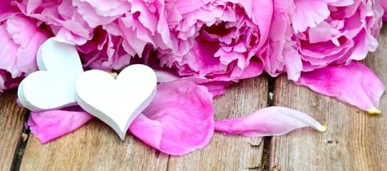 zwei Herzen mit Rosenblüten