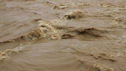 Torrente de agua embarrada. Rio en días de lluvia