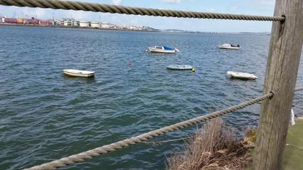 Barquitos atracados en la bahía