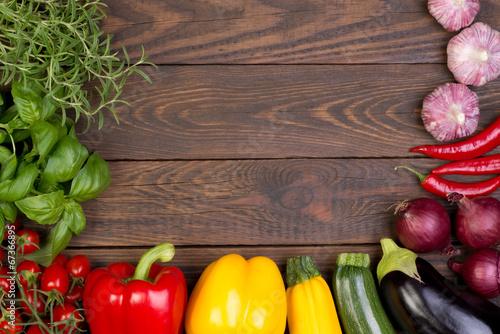 Świezi warzywa na drewnianym tle z kopii przestrzenią