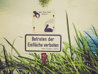 Retro look Do not feed the ducks