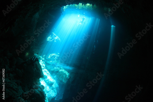 Canvas Koraalriffen Underwater cave with sunlight