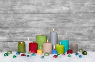 Weihnachten: Dekoration bunt und farbenfroh mit Kerzen