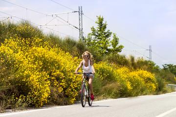 Девушка с велосипедом на дороге
